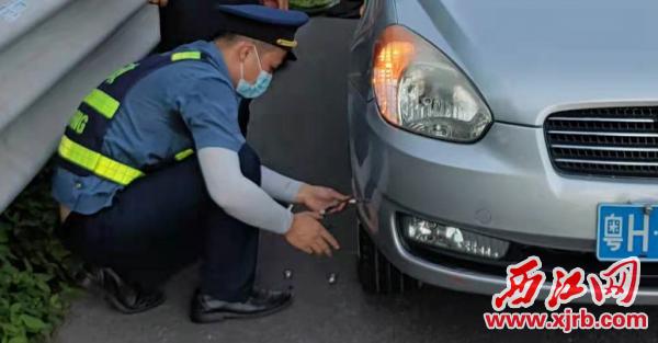 广佛肇高速路政员帮忙更换轮胎。 通讯员供图