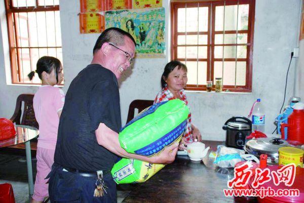 聂桂清常常走村入户,全心全意为沙旁群众解难纾困。 西江日报通讯员 余光东 摄