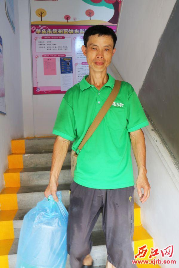 应师傅拿着空水桶下楼,此时他的衣服已被汗水浸湿。记者 李钰聿 摄