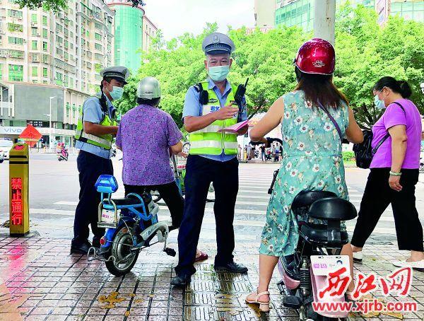 在端州区天宁路,没有上牌照就上路行驶的电动自行车被交警查处。 西江日报记者 杨永新 摄