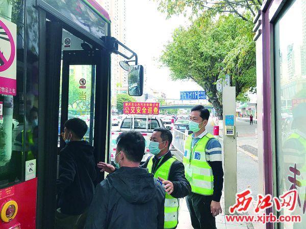 """威尼斯人网站公汽安全员不定期上路巡查""""人、车、路""""安全情况。 西江日报通讯员 摄"""