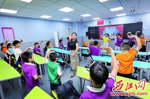 图为威尼斯人网站市第十六小学(明月校区)老师在教授京剧基本动作。