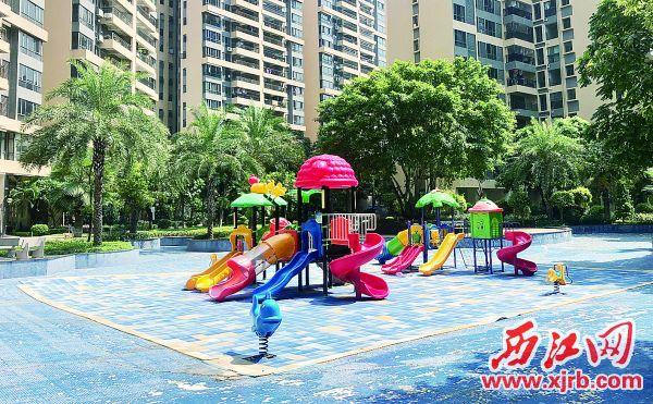 砚都大道某小区,原本美丽的水 池,今变成了儿童游乐场。 西江日报记者 杨永新 摄