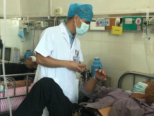 医生询问患者情况。西江日报记者 高静摄