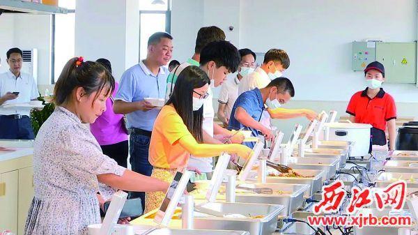 园区内的丰裕食尚自助智能餐厅吸引了不少企业员工前往光顾。 西江日报通讯员供图