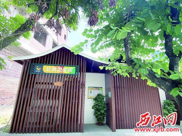 新凤村上山路路口重建的公厕造型古朴,干净整洁。 西江日报记者 赖小琴 摄