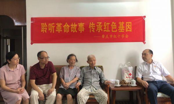 现场人员聆听红色革命故事。西江日报日报记者高静摄