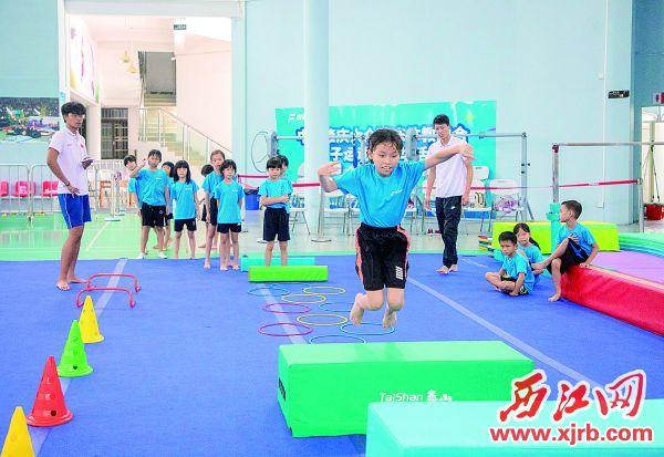 在体适能班上,小朋友正在锻炼。