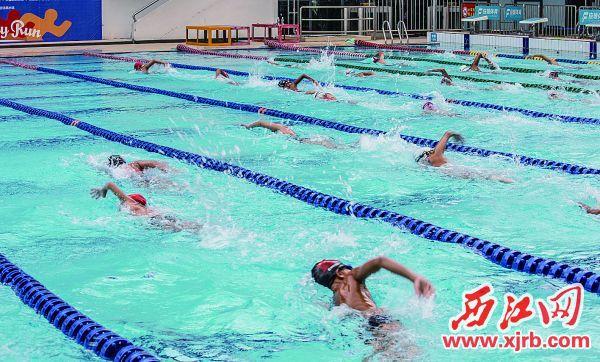 在游泳培训班上,小朋友正在学习游泳。