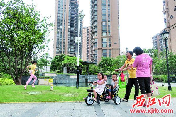 光大锦绣山河小区内,居民在步道中散步,享受优质的园林景观。西江日报记者 严炯明 摄