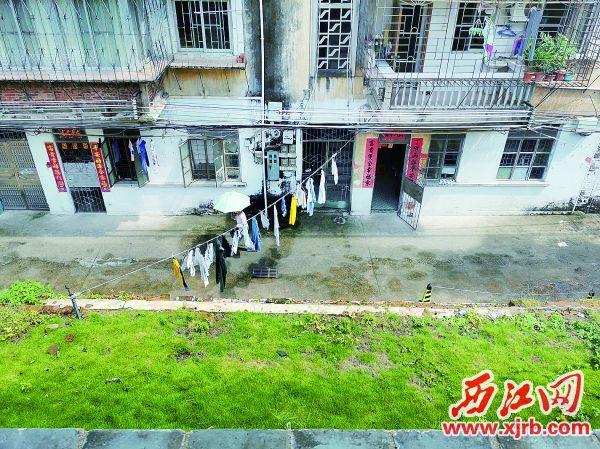 市民在宋城墙墙体私拉绳子晾 衣服。 西江日报记者 杨丽娟 摄