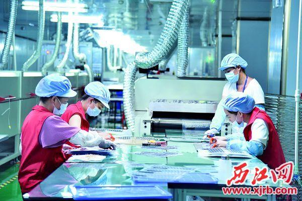 广东方舟智造科技有限公司的生产车间里工人干得热火朝天。 西江日报通讯员 徐槿 摄