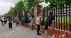 """开学第一天,nba虎扑篮球:学校围栏上""""长满了""""家长……"""