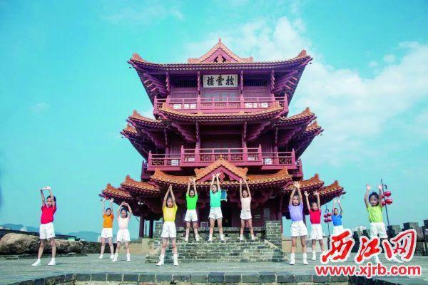 端州区文化馆暑期少儿舞蹈公益课的小学员们在披云楼前拍摄舞蹈《少年志》。 小海燕艺术中心 供图