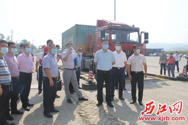 与会人员到德庆县康州港参观源头治超设备设施。 记者 岑永龙 摄
