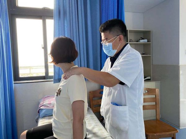 遇到颈腰椎问题,要求助于专业医生。西江日报记者高静摄