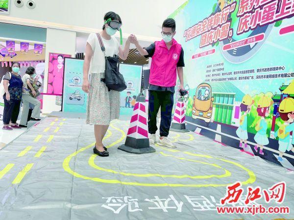 群众在体验醉酒驾驶的感觉。 西江日报记者 夏紫怡 摄
