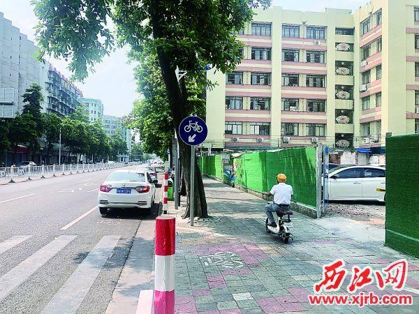 临时停车场出入口在道路交汇处,带来一定的隐患。西江日报记者 杨永新 摄