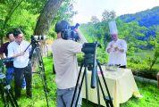 央视《跨粤》摄制组到澳门威尼斯人威尼斯人游戏-娱乐拍摄杏花鸡制作