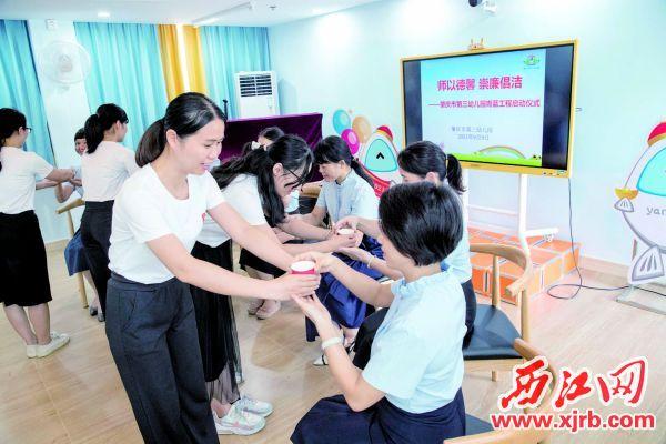 青年教师为指导他们的骨干教师敬茶表示感谢。