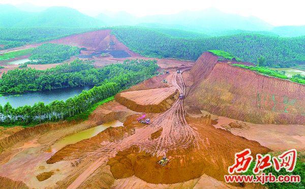 坐落于高要区江滨新城片区的璞泰来华南基地项目地块在进行土地平整。 西江日报记者 梁小明 摄