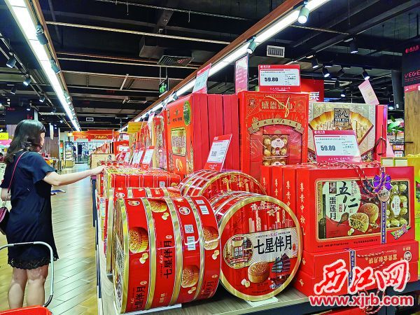 市民在商场挑选月饼。 西江日报记者 杨丽娟 摄