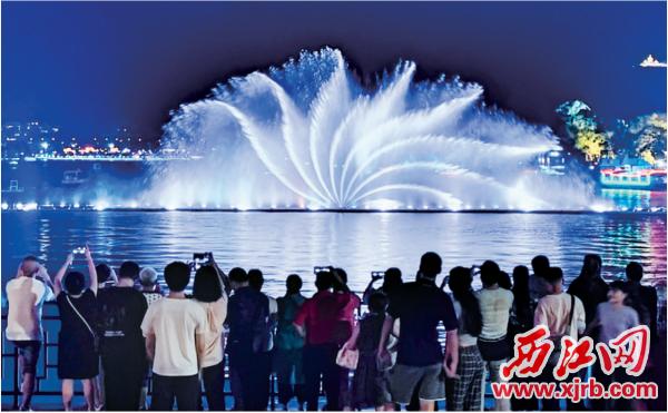 牌坊广场音乐喷泉吸引市民游客观看。 西江日报记者 曹笑 摄