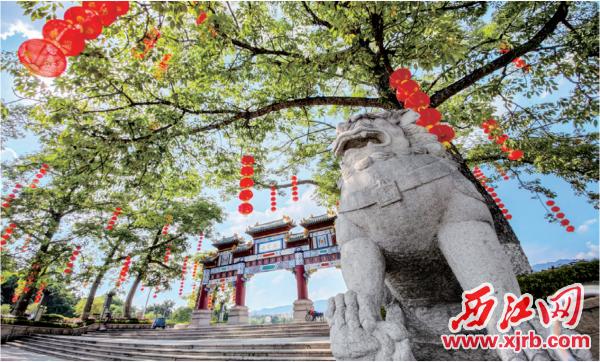 红色的灯笼为节日增添气氛。 西江日报记者 曹笑 摄