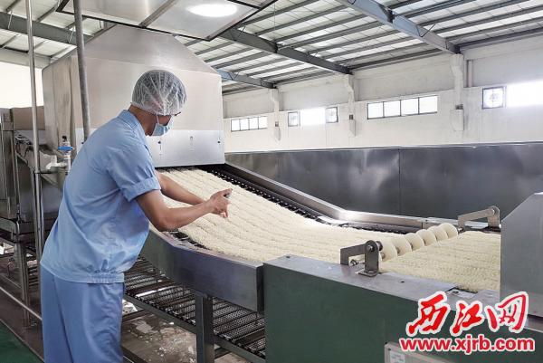 工人在检测方便米制品的品质。