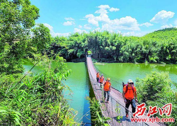 徒步爱好者行走在古水河郊野径,饱览美丽景色。 西江日报记者 曹笑 摄