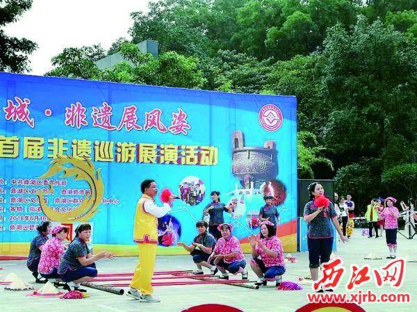 黄金年(前左一)和队员们在表演凤凰山歌。 受访者供图
