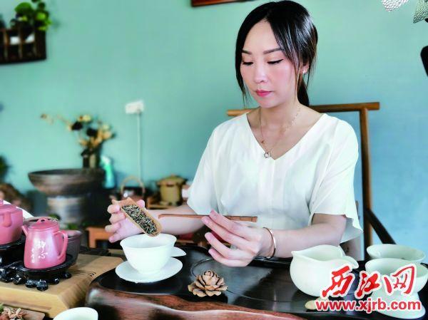 程惠在冲泡竹芯茶。