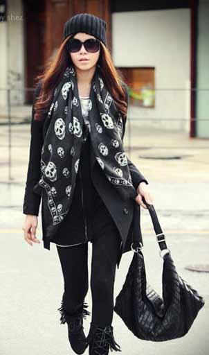 黑色休闲款大衣搭配骷髅围巾